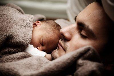 Bebe y padre durmiendo